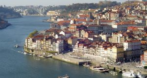ポルトの歴史地区(By Paula Santos, via Wikimedia Commons)