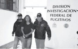 ブエノスアイレスで連行される日本人容疑者