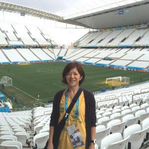 サッカー場を訪れた安東さん