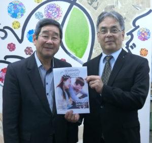 (左から)洲崎副会長、久保心理士