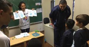 サンパウロ日伯援護協会の自閉症児療育施設に訪問し、ハンドスタンプを行なった様子(本人提供)