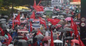 雨の中、聖市パウリスタ大通りで発生した反テメルのデモ(Paulo Pinto/AGPT)