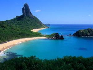 同ノローニャ島のモーロ・ド・ピッコ海岸(By photo pantai (Flickr), via Wikimedia Commons)