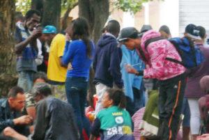 プリンセーザ・イザベル広場で群れを成す麻薬常用者達(Alan White/Fotos Públicas)