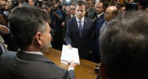 テメル大統領罷免請求状を提出する、クラウジオ・ラマッキアOAB会長(Lula Marques/AGPT)