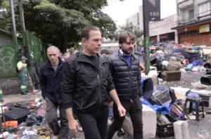 一掃作戦実行後の現地を視察する、ドリア市長(Eduardo Ogata/Secom)