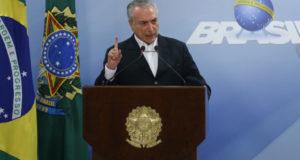 記者会見で音声データ改ざんの可能性を上げ、捜査停止を求めたテメル大統領(José Cruz/Agência Brasil)