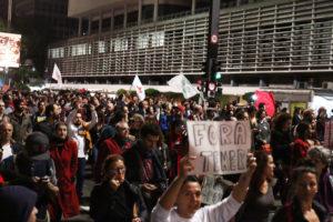 17日晩、サンパウロ市パウリスタ大通りで行なわれたテメルへの抗議行動(foto: Roberto Parizotti CUT)