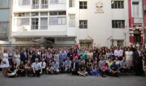 「良いビジネスのための企業家の集い」参加者たち(サンパウロ市サウーデ区伝道本部前)【伝道本部提供写真】