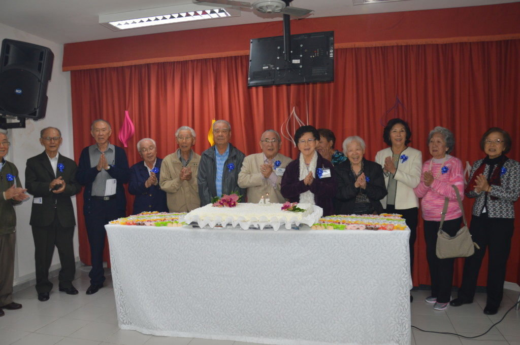 伝田会長(中央、白いスーツ)と長寿表彰者の皆さん