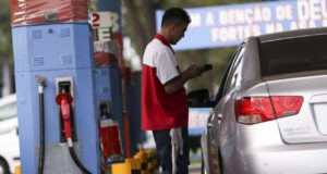 ブラジリアでは、ガソリン代大幅割引のため、多くの車がガソリンスタンドに集った(Marcelo Camargo/Agencia Brasil)
