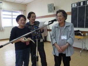 友人たちと一緒に民謡を楽しむ玉井さん(写真右)