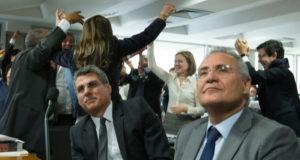 共にPMDBでありながら法案反対派のレナン元上院議長(右)と、法案推進派のジュカー上議(左)(Lula Marques/AGPT)