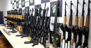 ガレオン空港で押収された自動小銃(Carlos Magno)