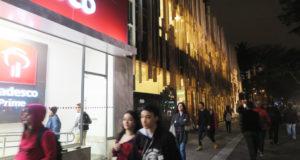 夜のジャパン・ハウスは特に隣の銀行が良く目立つ
