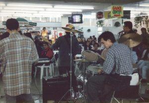 全盛期の賑やかなブラジリアンプラザ。ブラジル人バンドのライブ演奏(1996年12月撮影)
