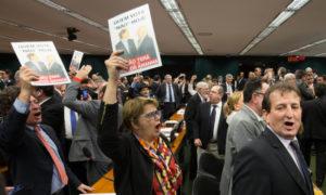 13日の下院でテメル大統領の告発に反対する議員ら(Lula Marques/Agência PT)