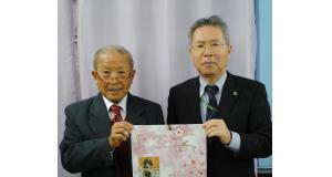 (左から)来社した辻運営委員長と援協の足立事務局長