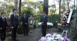 慰霊碑を参拝した田中副大臣