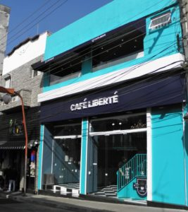 水色の外装が目を引くCafe Liberte。中もシャンデリアや絵画などが飾られ、デザインに凝っている