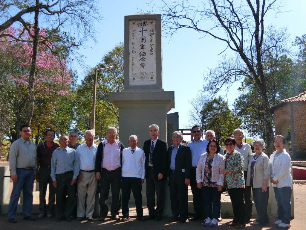 プロミッソン入植10周年記念碑を前に集合写真