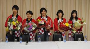 記者会見に臨んだ(右から)岩佐さん、水森さん、「はやぶさ」