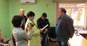 フレイ・ロジェリオ市市長に長崎市市長からの文書を手渡す井上祐見さん