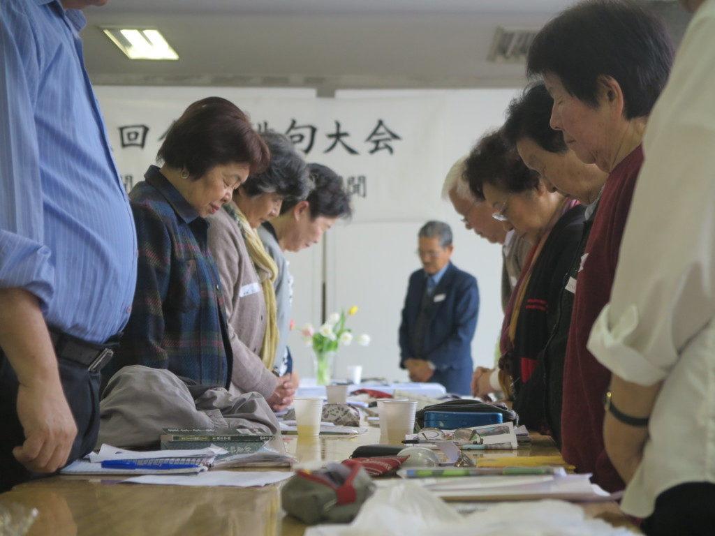 先駆者に黙祷を捧げる大会参加者