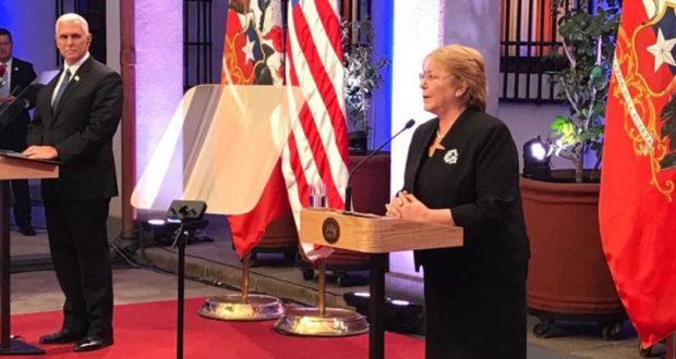 米国のマイク・ペンス副大統領(左)と、チリのミチェレ・バチェレ大統領(右)(Gobierno de Chile)