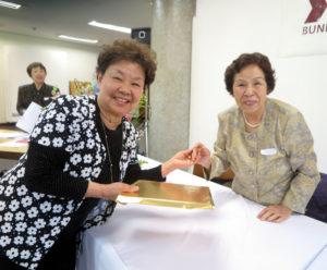 吉田しのぶ選者(右)からも特選に選ばれた西谷律子さん(左)