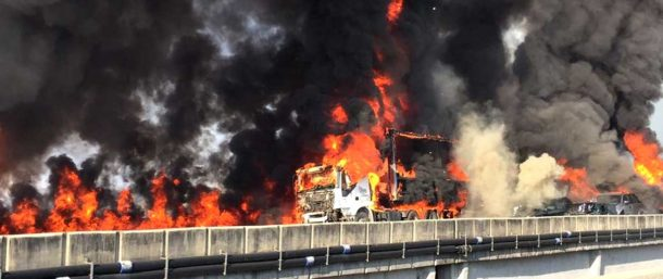 橋の上で炎上するトラックや乗用車(Corpo de Bombeiros)