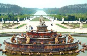 ヴェルサイユ宮殿の噴水広場(By Harry (www.gnuart.net) [FAL], via Wikimedia Commons)
