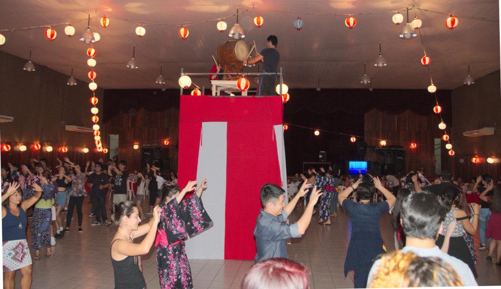 やぐらを囲み盆踊りを楽しむ人たち