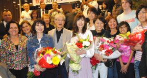 ホテル前で歓迎をうけた様子(花束左が水森さん、その右が岩佐さんと「はやぶさ」)