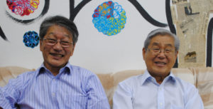 (右から)来社した高木会長と刈谷さん
