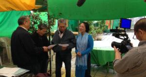 収録で「移民節」を歌う松田さん(右から2人目)