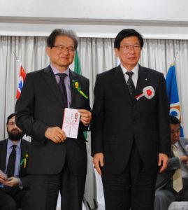 川勝知事から原会長へ記念品贈呈