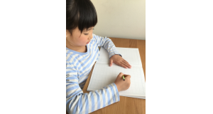 勉強する子ども(image by: www.photo-ac.com)