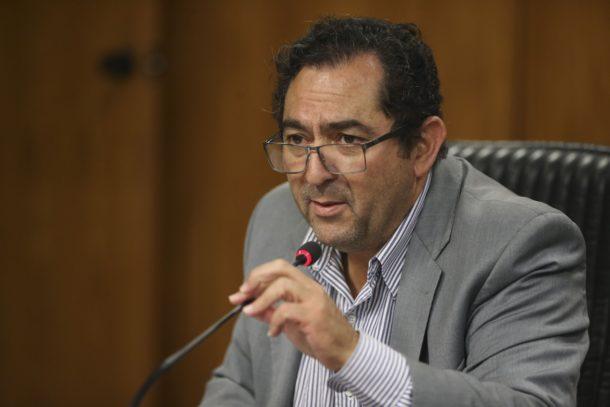雇用に関する統計について発表する労務省統計課のマリオ・マガリャンエス氏(José Cruz/Agência Brasil)