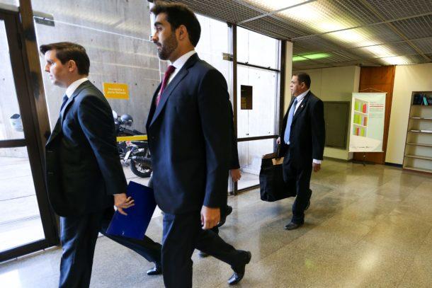 フォンセッカ下議の執務室からの押収物を運ぶ連警警察官ら(Marcelo Camargo/Agência Brasil)