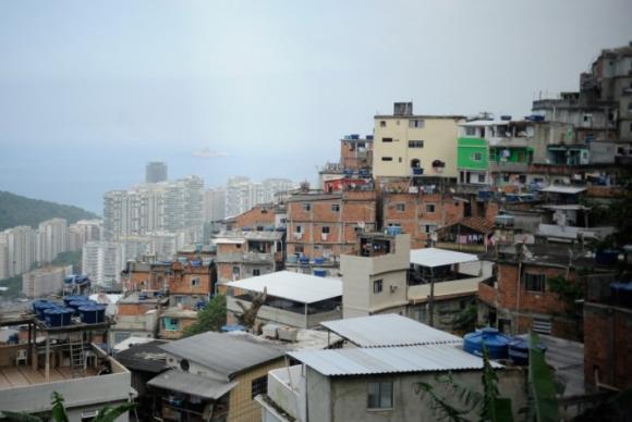 17日の銃撃戦を受け、18日に警察の捜査も行われたロッシーニャのファヴェーラ(Marcelo Casal Jr./Arquivo Agência Brasil)