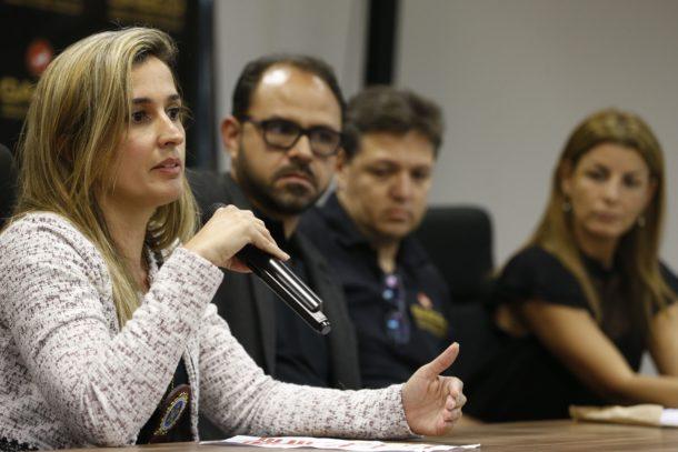 今回の作戦について語る軍警監督局のレナタ・アラウージョ警部(Tânia Rêgo/Agência Brasil)