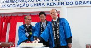 60周年記念ケーキのカット式を行う原島会長、河上会長、滝川副知事(左から)