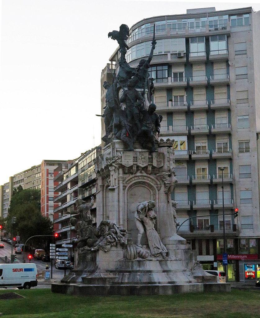 ナポレオンを追放したことを顕彰した独立記念塔
