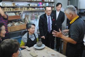 陶芸講座を視察する竹中副知事