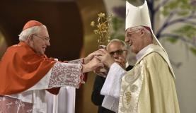 法王からの金のバラを贈呈するイタリア人のジオヴァニ・バチスタ枢機卿(左)とアパレシーダ聖堂を守るオルランド・ブランデス枢機卿(Thiago Leon/Santuário Nacional)