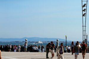 今は観光客が詰めかけるプラッサ・コメルシオ。かつて日本人奴隷もここで陸揚げされた