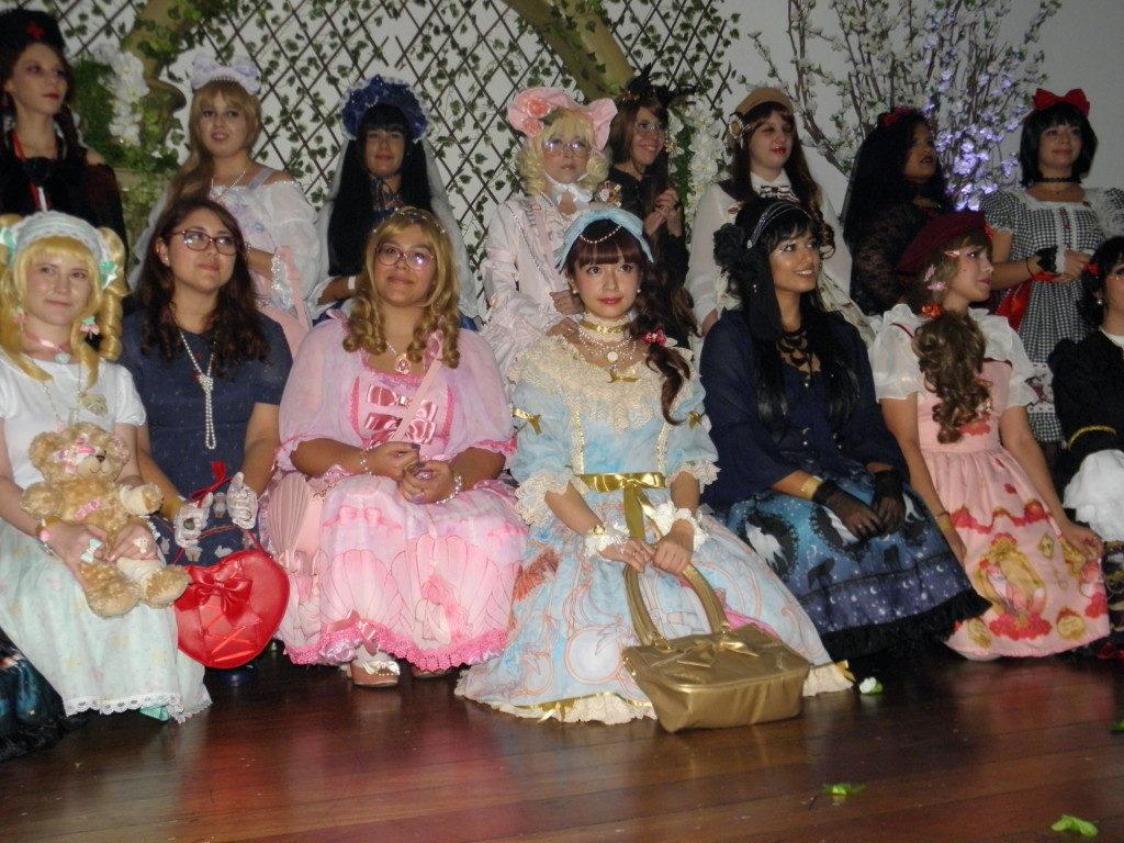 ファッションショーに参加した皆さん(下段右から3番目が青木会長)