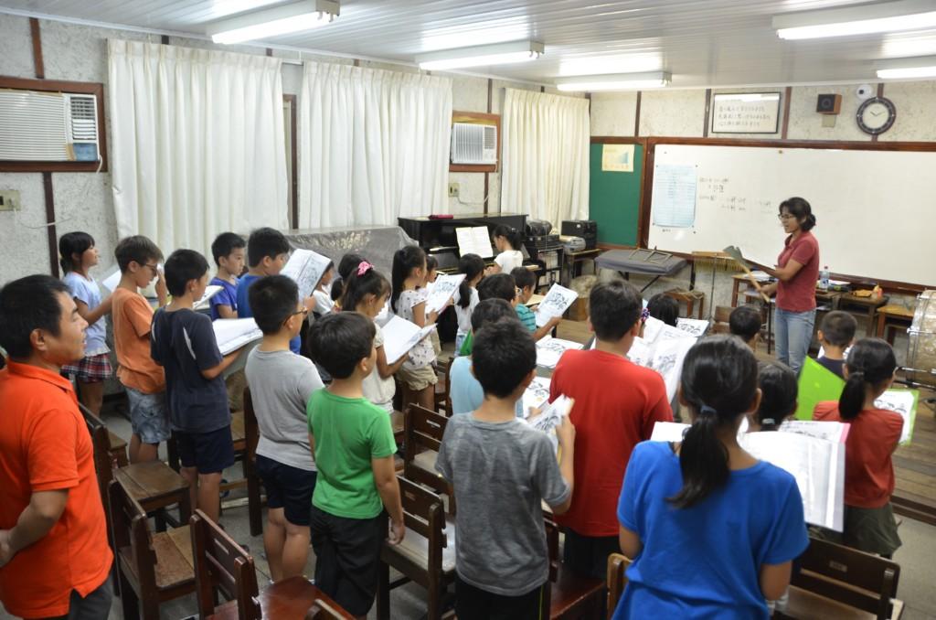 全日コースと日本文化コースの児童が一緒に学ぶ音楽の授業