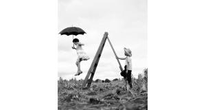 「治雄の娘・マリアと甥・富田カズオ、1955年、パラナ州ロンドリーナ」(©Haruo Ohara/Instituto Moreira Salles Collection)